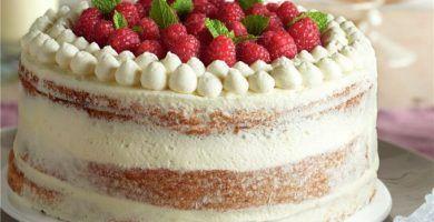 tarta con crema de chocolate blanco y frambuesas